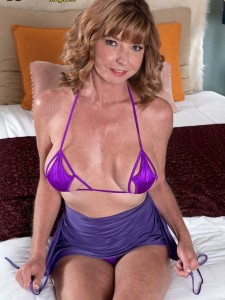 Dee Delmar shows off her mature pussy and asshole